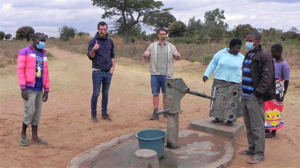 Waterput met handpomp in het Nguwe dorp
