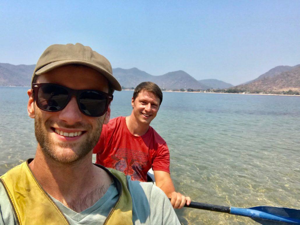 Hessel en Dilo in een kayak op het Malawimeer