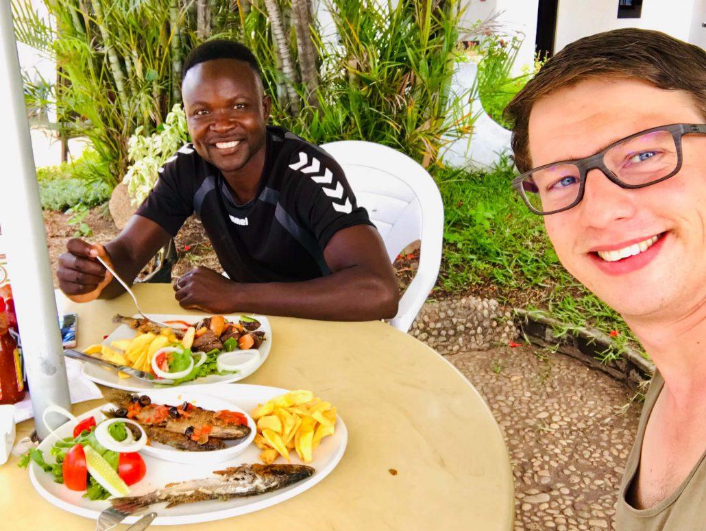 Howard en Dilo eten vis