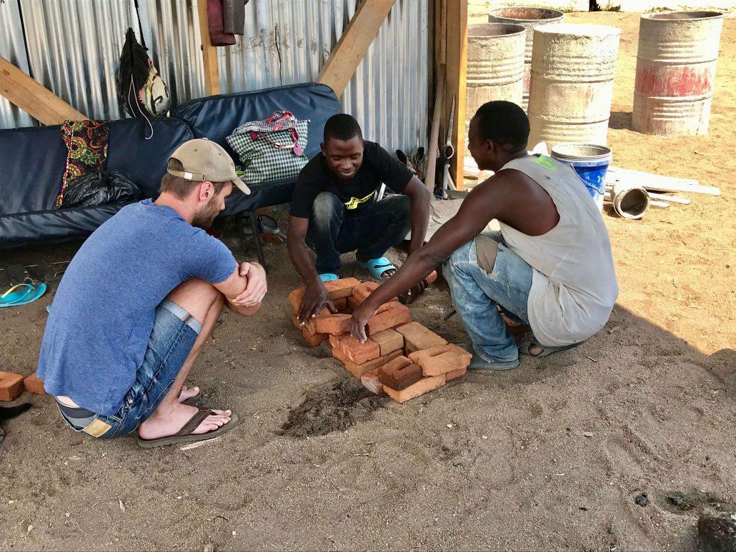 Hessel in gesprek met Malawianen
